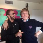 Paul McCartney op podium met Ringo Starr en Ronnie Wood