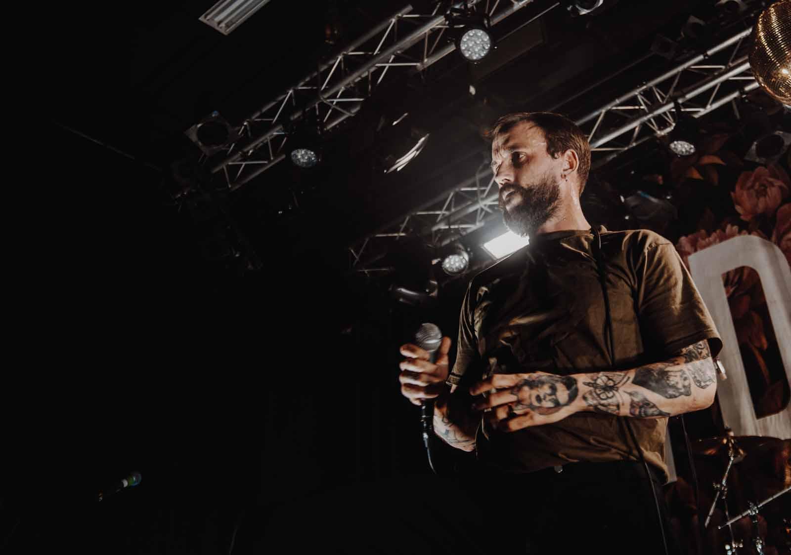 Recensie: IDLES omarmt de chaos in De Helling (concert)