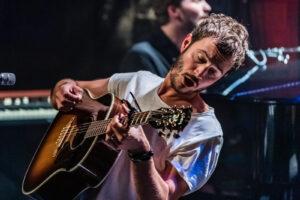 Editors: 'Zelf houden we meer van onze treurige, trage songs'
