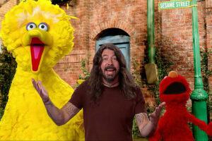 Kijken: Dave Grohl zingt liedje met zijn vrienden Elmo en Big Bird