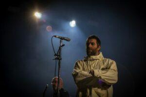 Bij Liam Gallagher in Ziggo Dome speelt de show zich vooral vóór het podium af