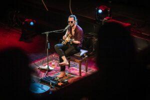 Jett Rebel in Paradiso: een virtuoos met flauwe grappen